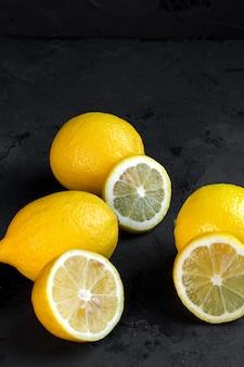 Limoni vista laterale con fettine di limone