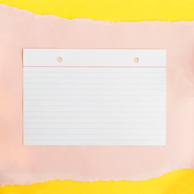 Linea carta strutturata su carta di carta beige su sfondo giallo