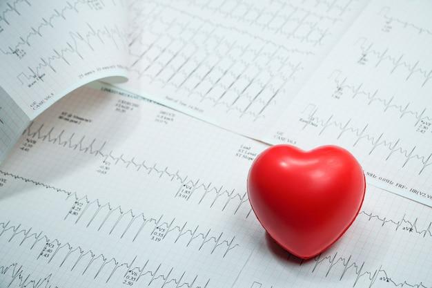 Linea curva grafica cuore impulso con cuore rosso