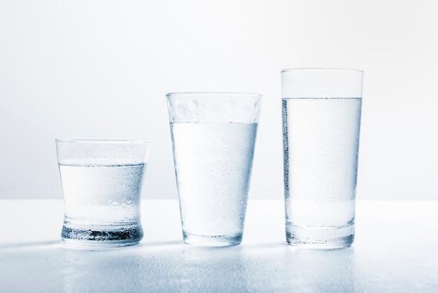 Linea di bicchieri d'acqua