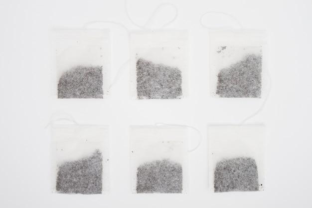 Linea di bustine di tè vista dall'alto