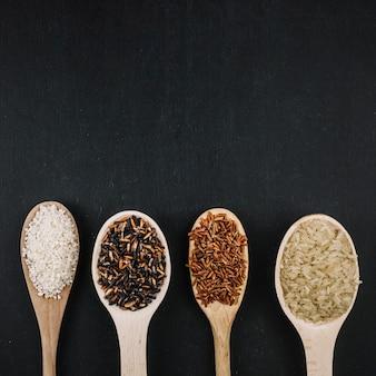 Linea di cucchiai con riso
