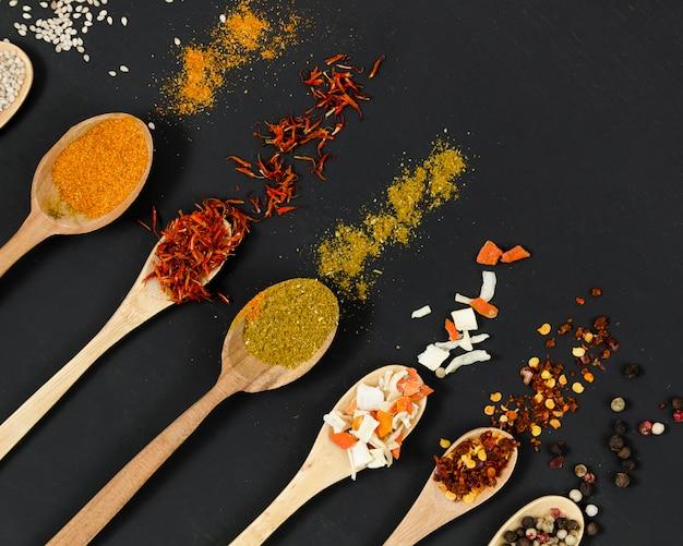 Linea di cucchiai di legno pieni di spezie