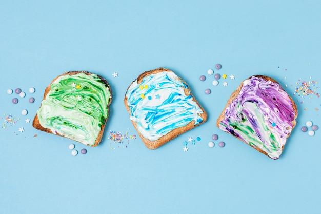 Linea di gelato sulla vista superiore del pane tostato