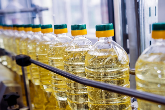 Linea di imbottigliamento dell'olio di semi di girasole in bottiglia. impianto di produzione di olio vegetale.
