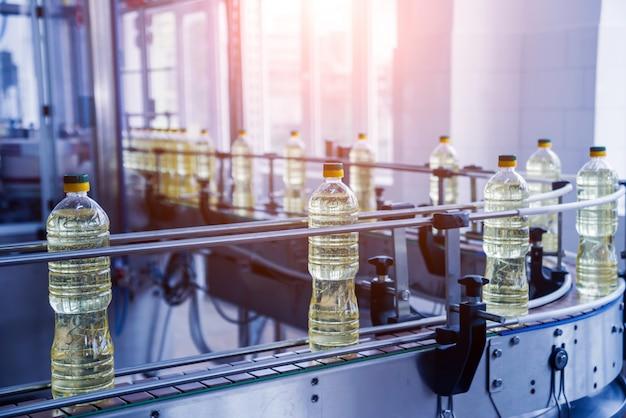 Linea di imbottigliamento di olio di girasole in bottiglia. impianto di produzione di olio vegetale. alta tecnologia.