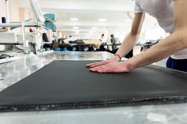 Linea di produzione dell'industria tessile. fabbrica tessile. processo di sartoria funzionante