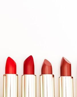 Linea di rossetti metallici su sfondo bianco