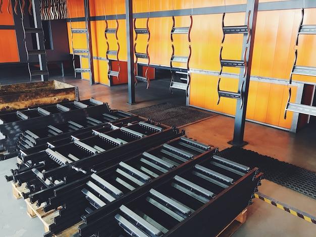 Linea di trasporto industriale in fabbrica per parti metalliche. pretrattamento della superficie di parti e parti di vernice con vernice a polvere.