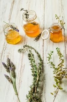 Linea di vasi di miele con foglie