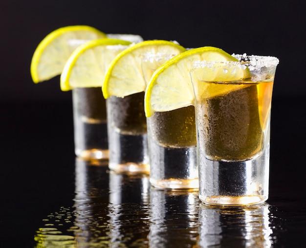 Linea di vista frontale di colpi di tequila d'oro