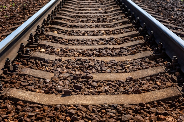 Linea ferroviaria. rotaie e traversine metalliche. avvicinamento. viaggi e turismo.