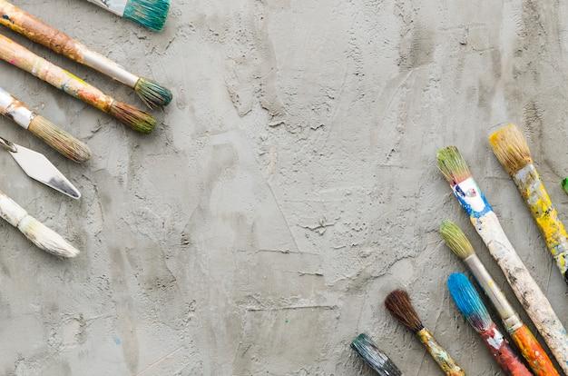 Linea pennello su sfondo concreto
