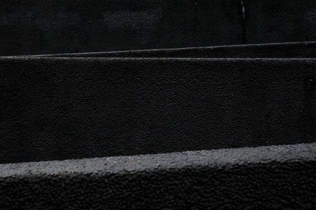 Linee bianche del primo piano sopra asfalto