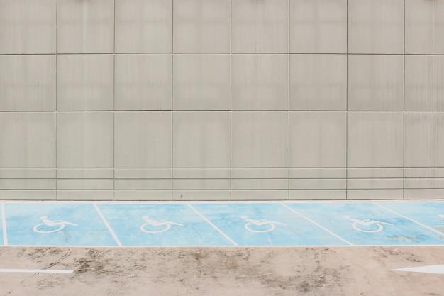 Linee di parcheggio per accessibilità sull'asfalto