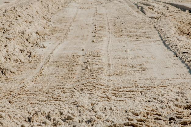Linee di sabbia sulla spiaggia