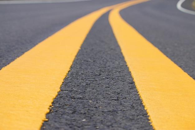 Linee di traffico su sfondo di strade asfaltate