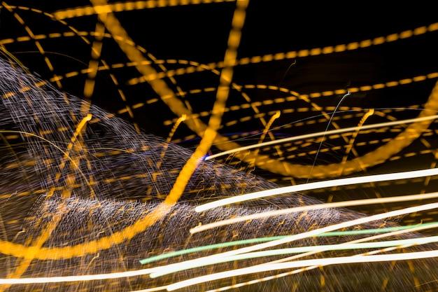 Linee dorate roteante su sfondo scuro