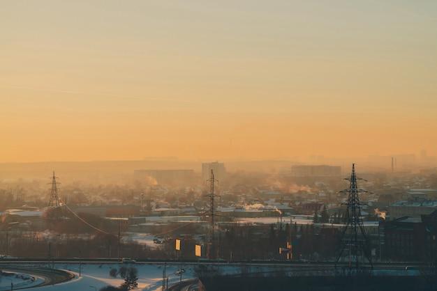 Linee elettriche in città all'alba.