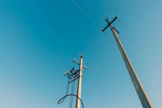 Linee elettriche su fondo del primo piano del cielo blu