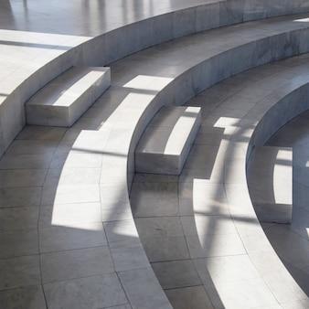 Linee scure e lisce di ombre in un interno in marmo chiaro