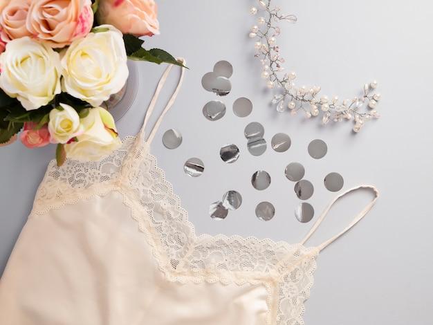 Lingerie di pizzo bianco con vista dall'alto. accessori moda donna