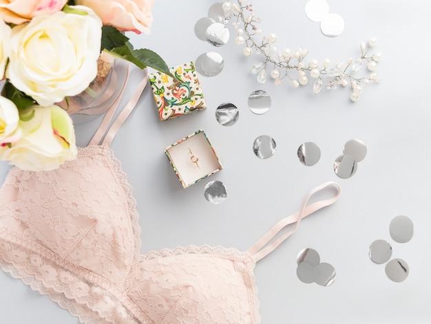 Lingerie di pizzo rosa con vista dall'alto. accessori moda donna