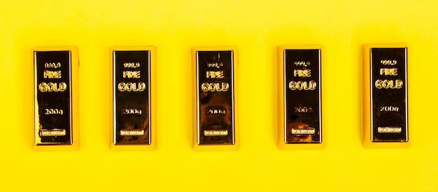 Lingotti d'oro su giallo