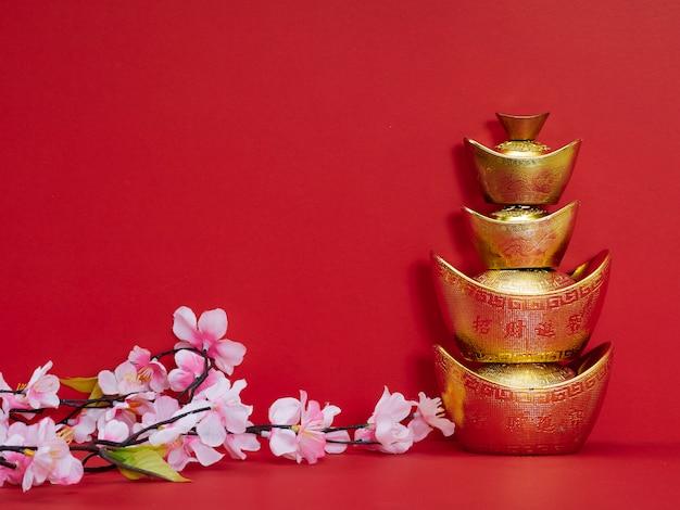 Lingotto cinese dell'oro su rosso