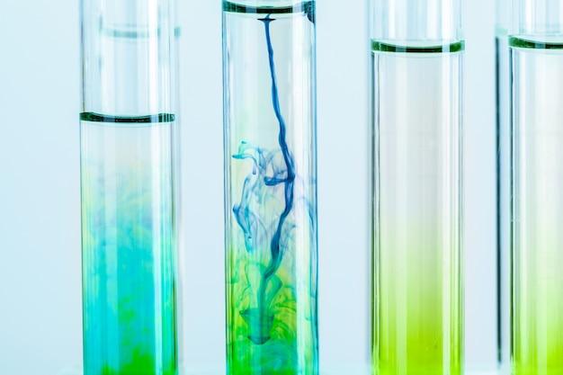 Liquidi verdi in provette nella fine chimica del laboratorio in su