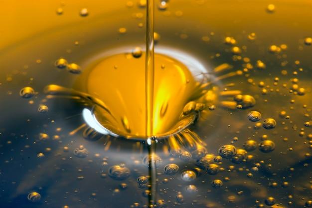 Liquido all'olio d'oliva versato