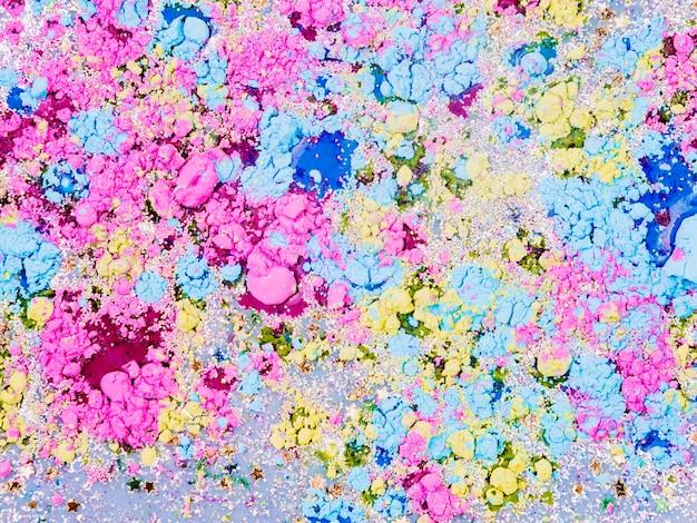 Liquido azzurro mescolato con stelle ornamentali e briciole luminose