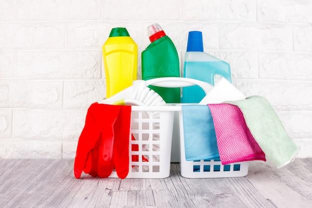 Liquido, pasta, gel in contenitori di plastica. spazzola, spugna, tovagliolo in microfibra e guanti di gomma rossa