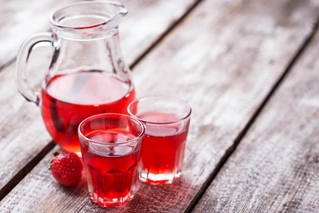 Liquore alla fragola in un bicchiere