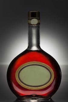 Liquore in una bottiglia rotonda