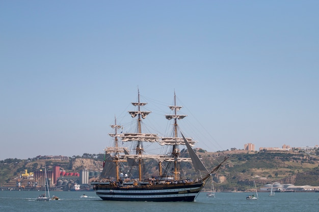 Lisbona, portogallo: 25 luglio 2016 - la regata di tall ships è un grande evento nautico in cui grandi navi maestose con vele vengono presentate al pubblico per essere visitate.
