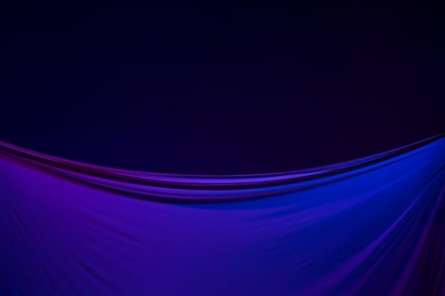 Liscio elegante panno blu trasparente separato su sfondo blu.