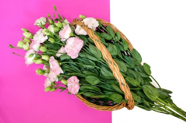 Lisianthus rosa in cesto di vimini naturale