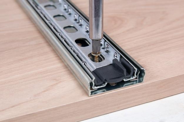 Listelli scorrevoli in metallo per cassettiere mobili
