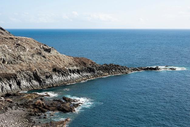 Litorale dell'oceano roccioso con cielo sereno