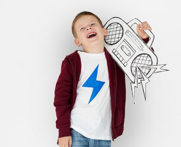 Little boy caucasico che tiene jukebox