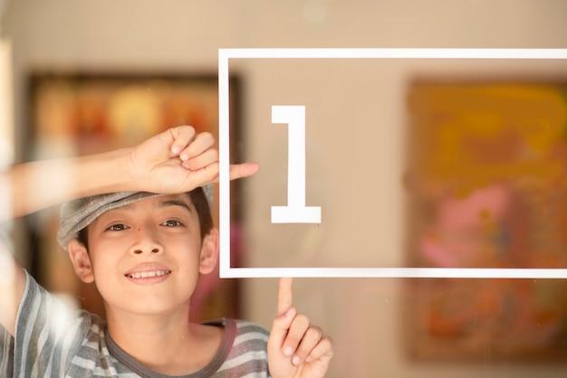 Little boy punto numero 1 sullo specchio