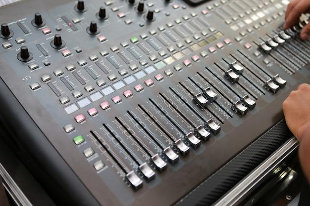 Livelli audio su un mixer audio professionale, pannello di controllo della musica.