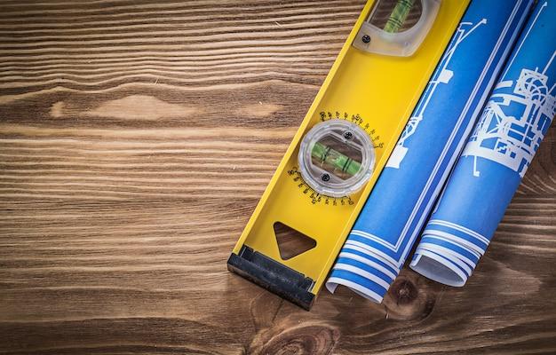 Livello di costruzione delle cianografie blu sulla vista superiore del bordo di legno