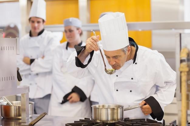 Lo chef assaggia i suoi studenti