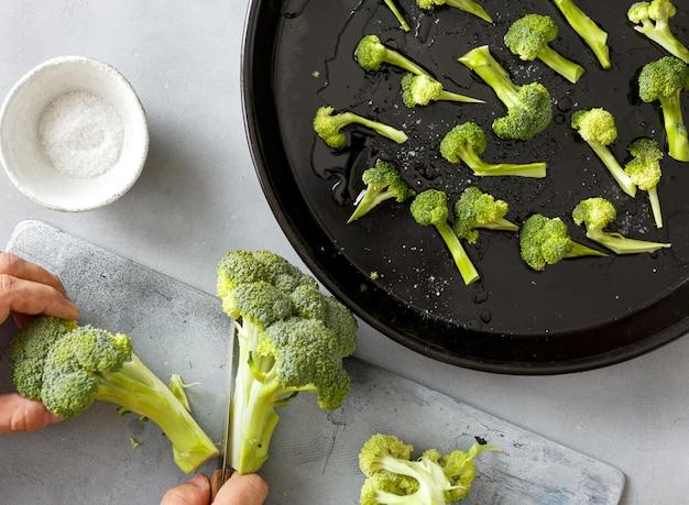 Lo chef cucina broccoli