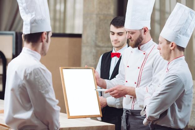 Lo chef e il suo staff in cucina. interagendo in cucina commerciale.