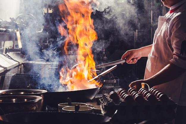 Lo chef friggere nel wok