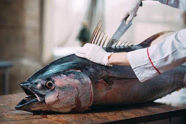 Lo chef ha tagliato un grosso tonno nel ristorante.