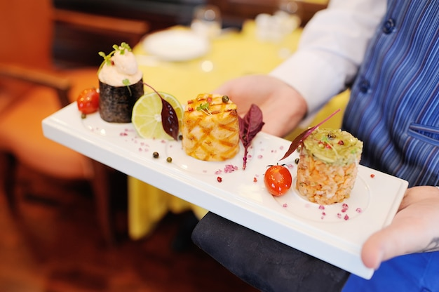 Lo chef o il cameriere porta al ristorante una squisita delicatezza a base di carne